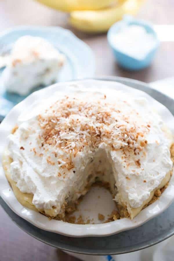 Coconut cream pie and banana cream pie marry in this simple custard based coconut banana cream pie! lemonsforlulu.com