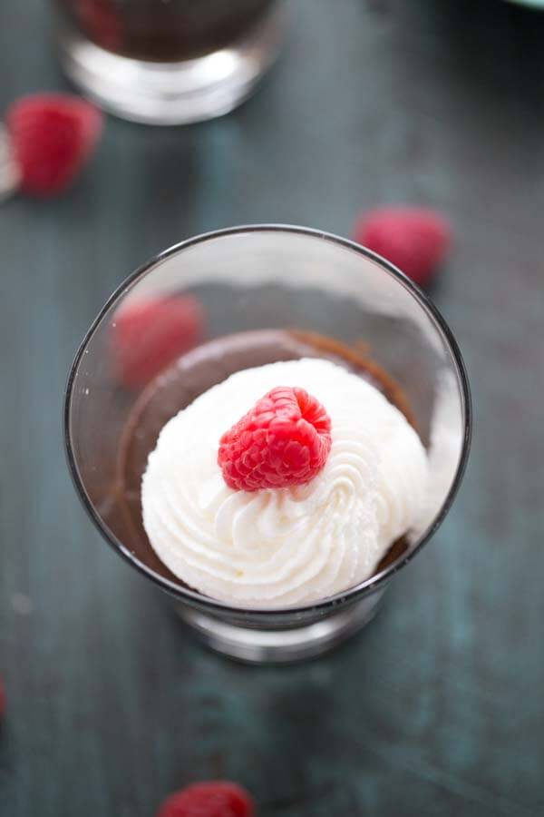 Thick mocha flavored chocolate pudding with just a hint of raspberry. Old fashioned pudding gets a modern makeover! lemonsforlulu.com #IDelight #InternationalDelight
