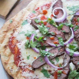 Grilled steak pizza with a spicy homemade chili garlic bbq sauce! lemonsforlulu.com